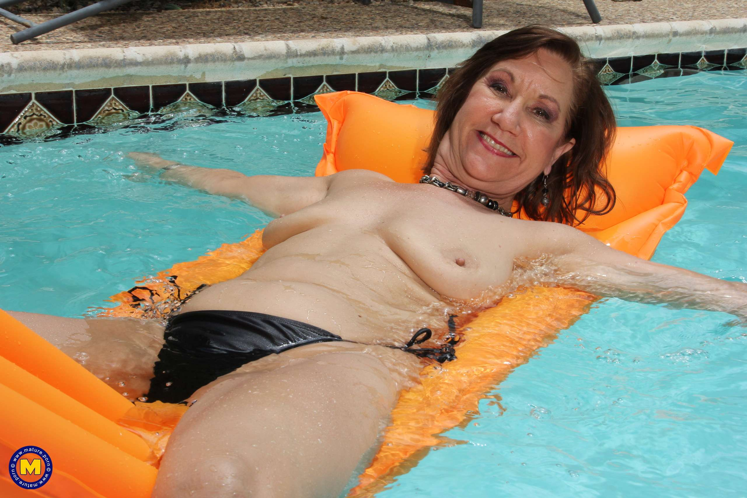 Horny mature slut playing with her pussy at the pool