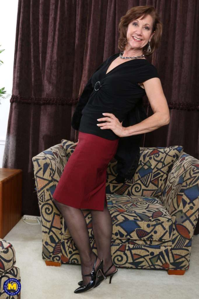 Naughty Mature Lady Playing With Her Pussy From Mature.nl