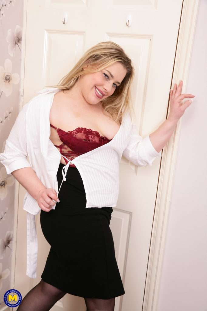 British Hairy Mom Tammy Oldham Playing With Her Pussy At Mature.nl