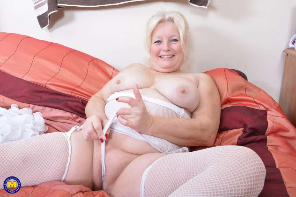 Chubby Housewife Playing With Her Pussy