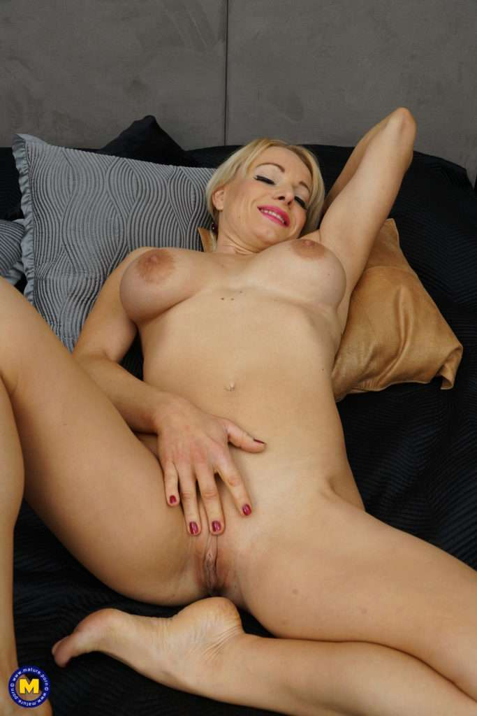 This Horny Milf Loves To Play Alone From Mature.nl