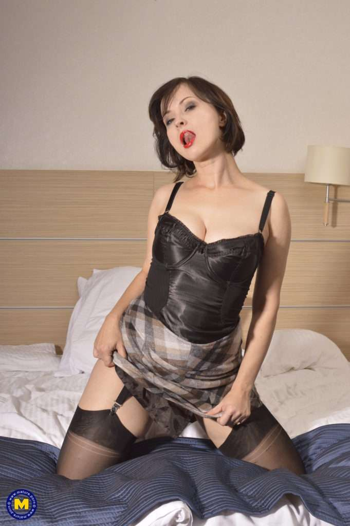This Hot Mom Loves To Play Alone