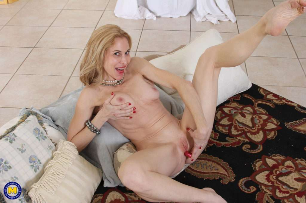 Shaved American Milf Playing With Her Pink Pussy At Mature.nl