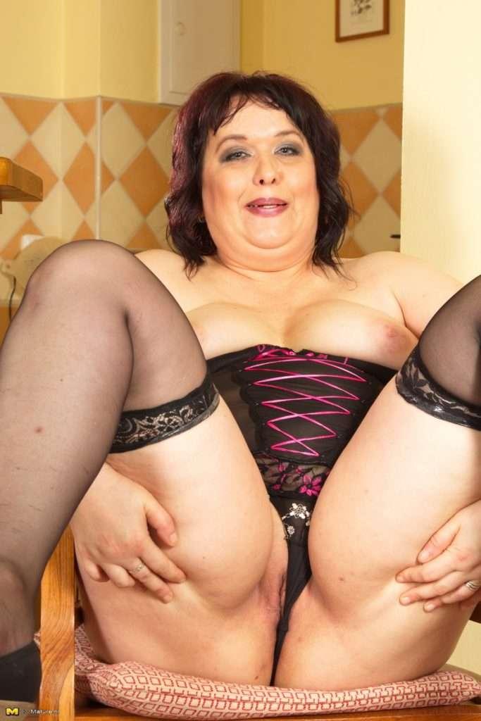 Curvy Mama Playing With Herself