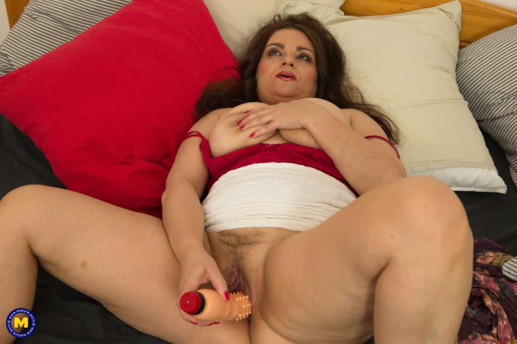 Curvy Milf Playing With Her Wet Pussy At Mature.nl