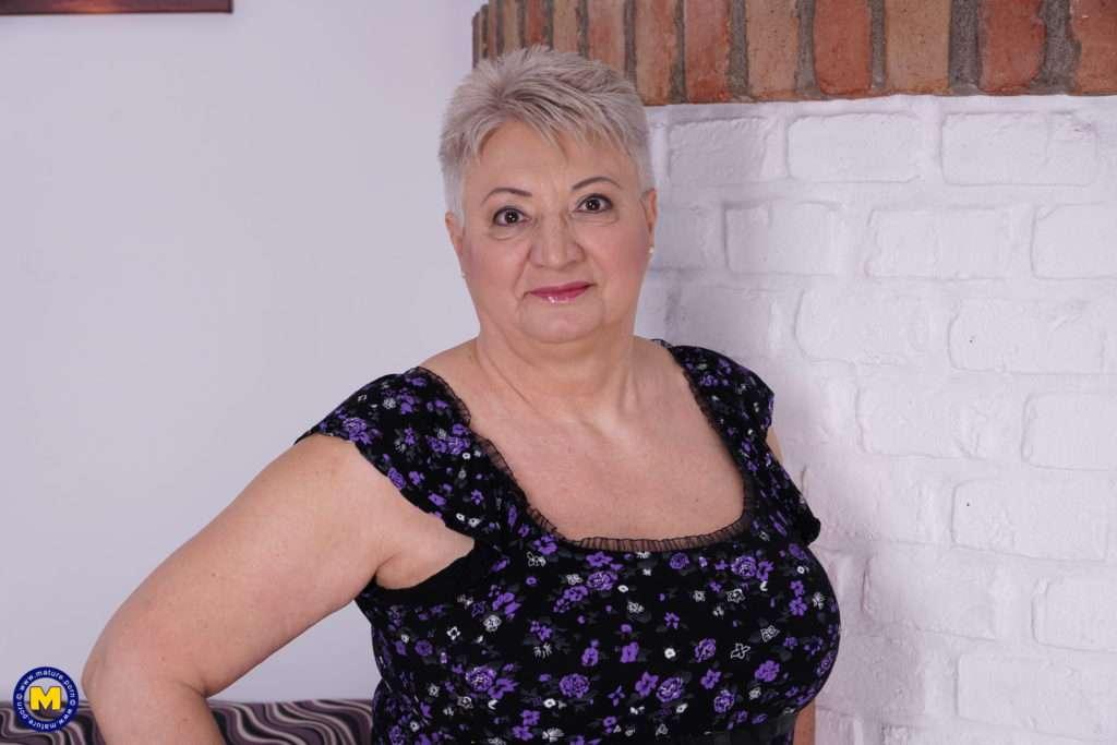 This Big Mama Loves A Good Hard Stiffy At Mature.nl