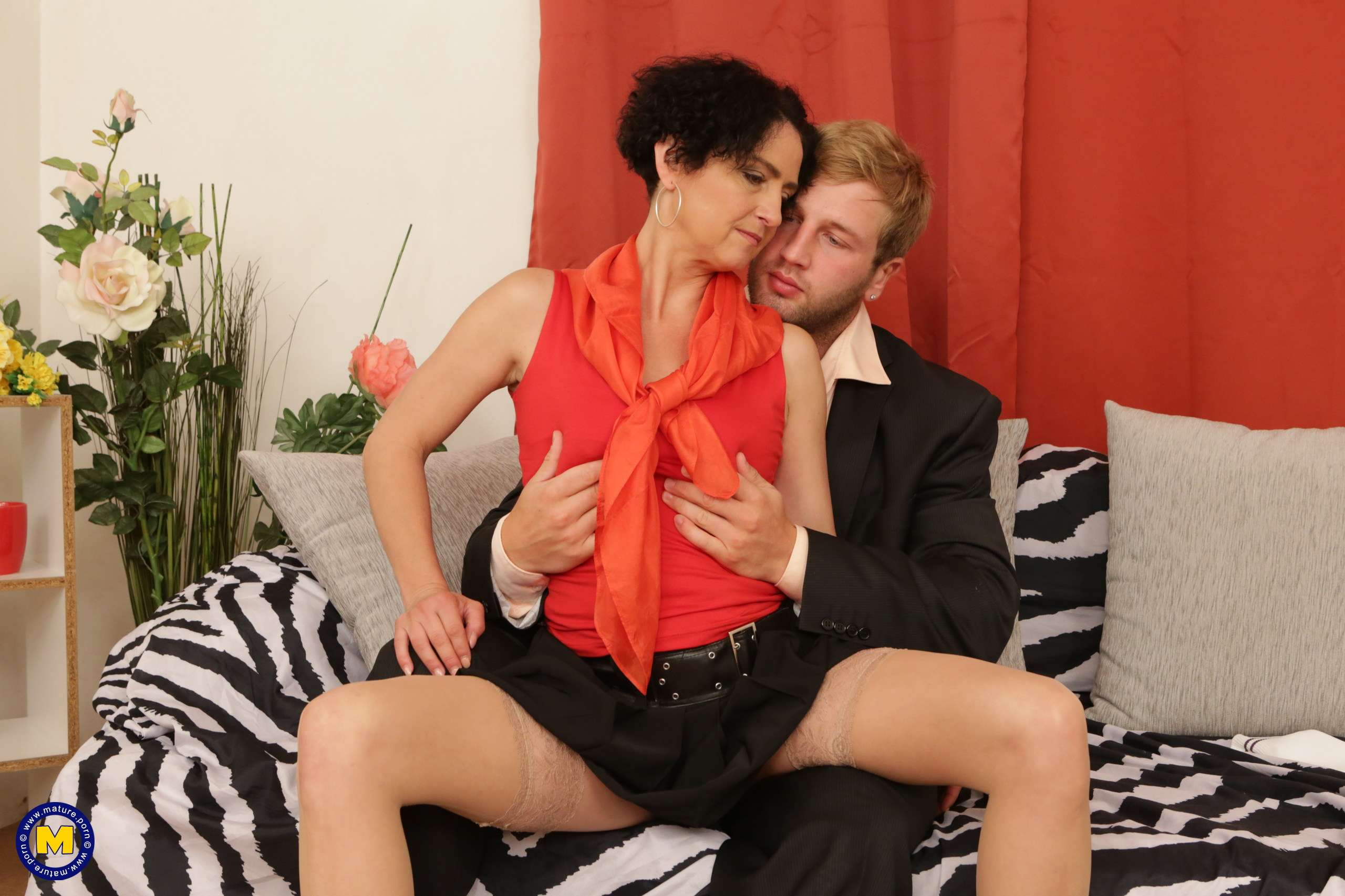 Horny housewife fooling around with musculated younger lover