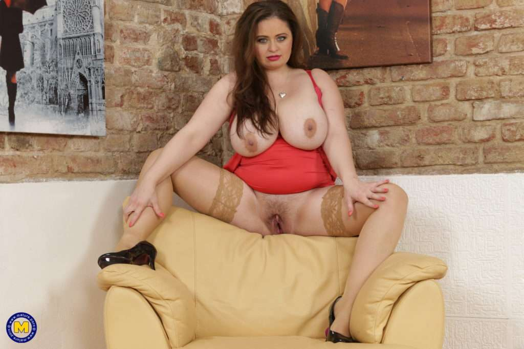 Curvy Big Breasted Housewife Masturbating On The Couch At Mature.nl