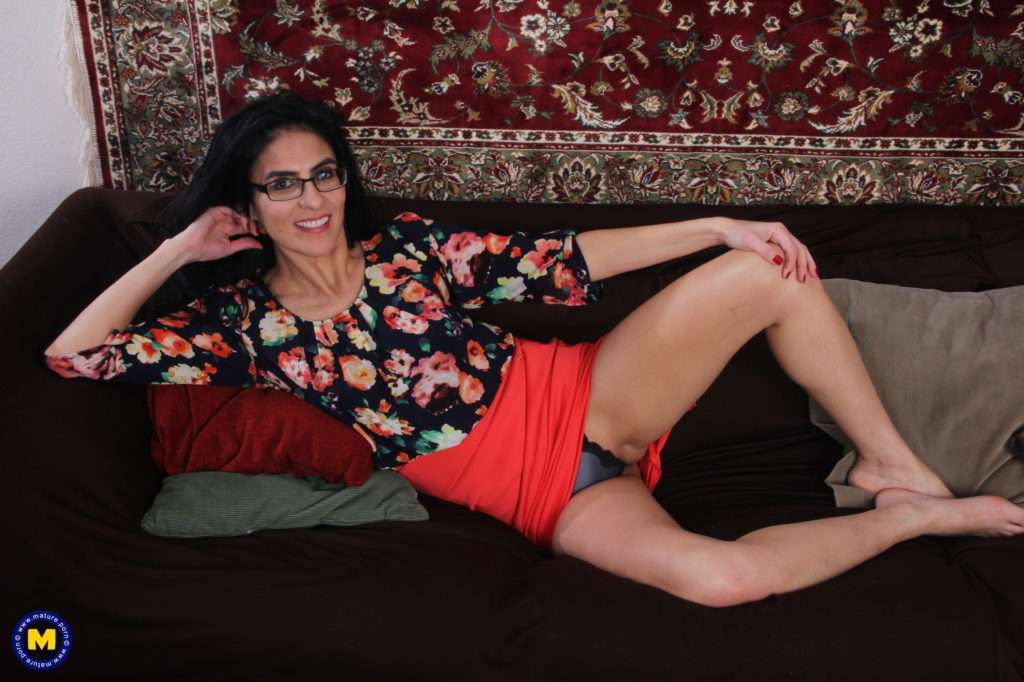 Skinny American Housewife Playing With Her Pussy At Mature.nl