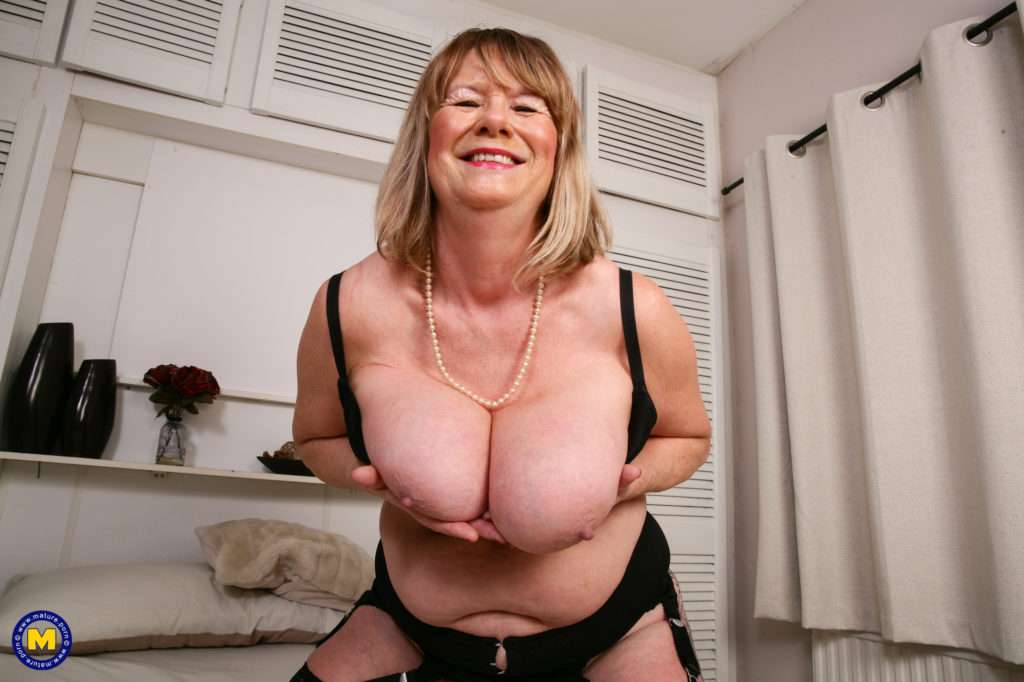 Curvy British Housewife Playing Eith Her Pussy At Mature.nl