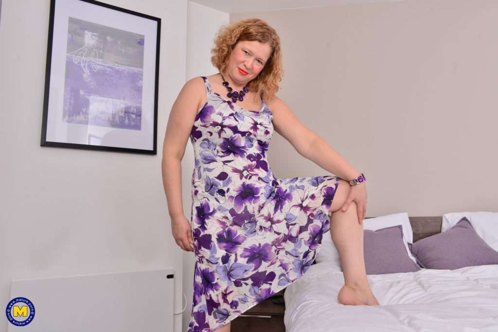 British Housewife Getting Wet In Bed At Mature.nl