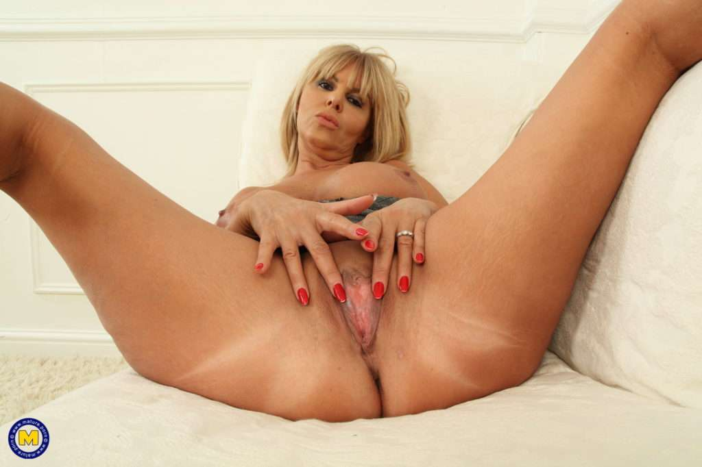 Naughty British Milf Playing With Her Wet Pussy At Mature.nl
