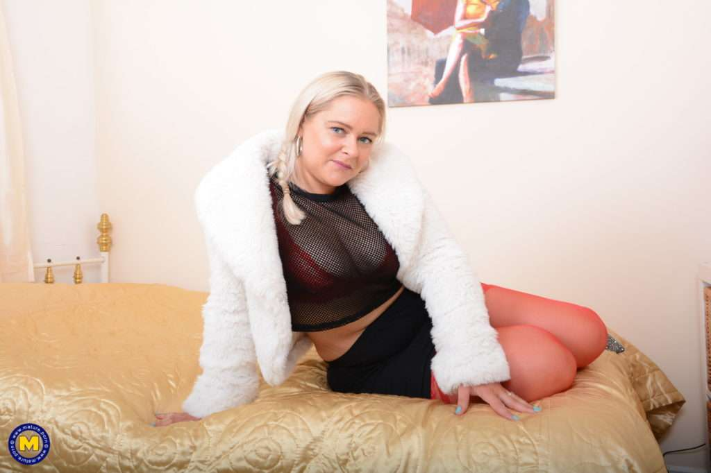 Curvy Housewife Lily Loves Playing With Her Pussy At Mature.nl