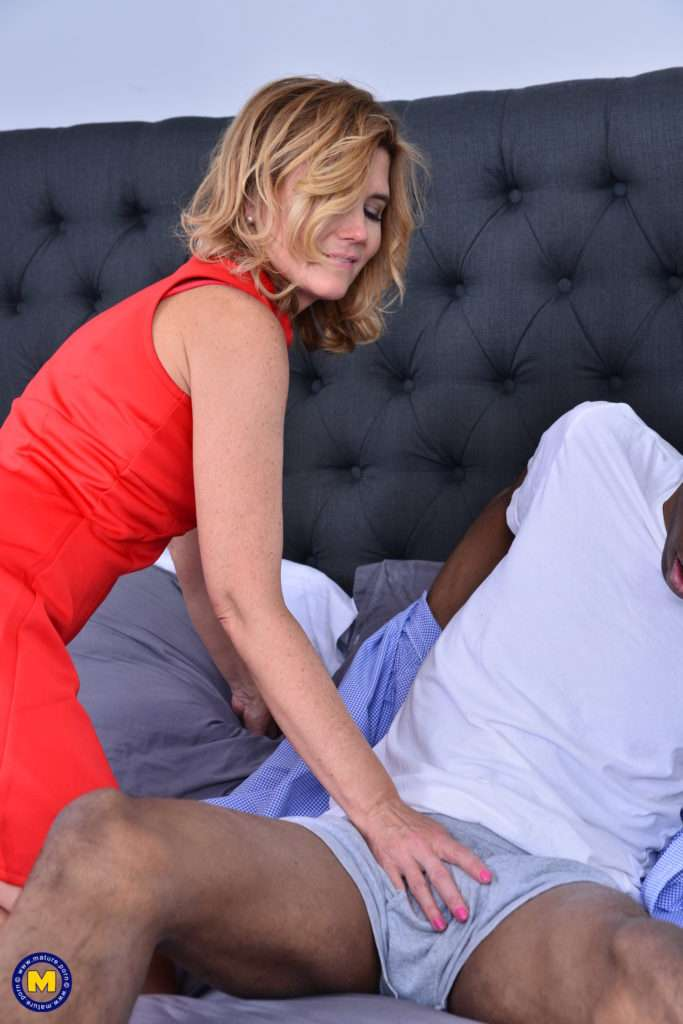 Horny American Alby Daor Goes Interracial And Taking It Up The Ass At Mature.nl