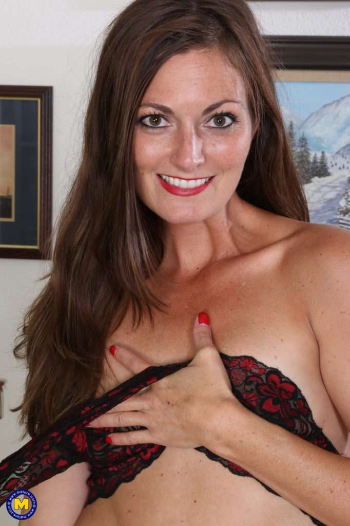 Hot Mom Getting Undressed At Mature.nl