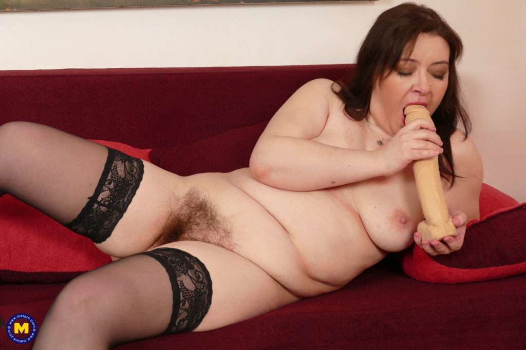 Hairy Mature Bbw Playing With Herself At Mature.nl