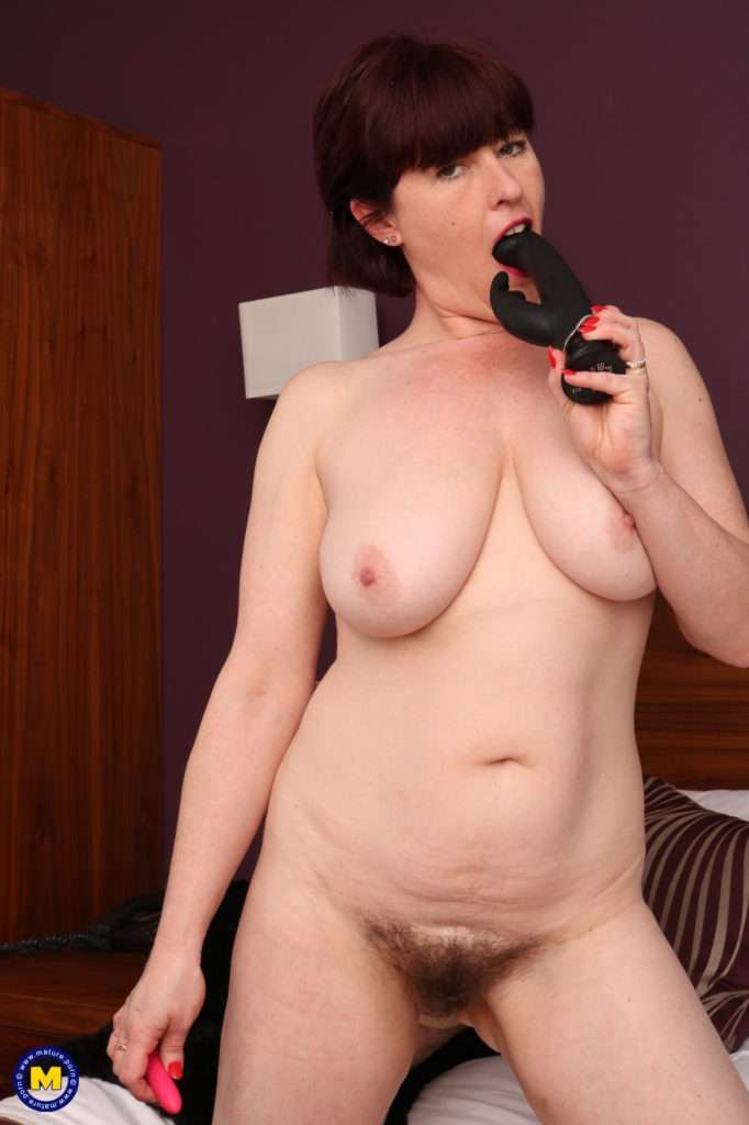 Hairy Mature Lady Playing With Her Wet Pussy At Mature.nl