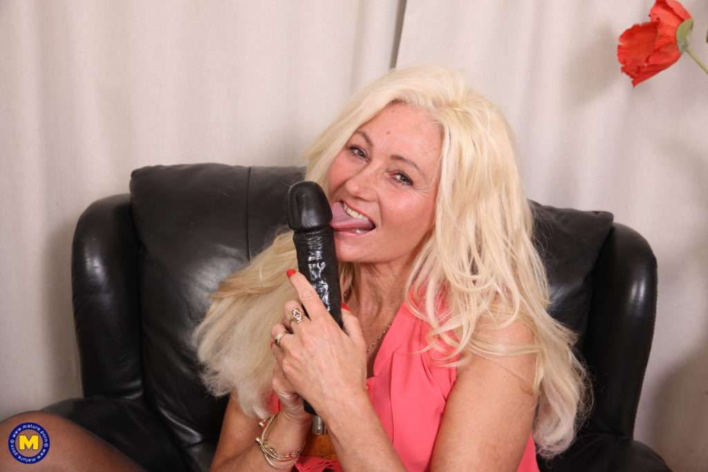 Hairy Mature Ellen B Is Having Fun With Her Fuckmachine At Mature.nl