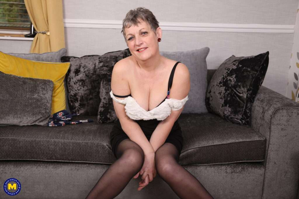 Naughty Older Lady Playing With Her Pussy At Mature.nl