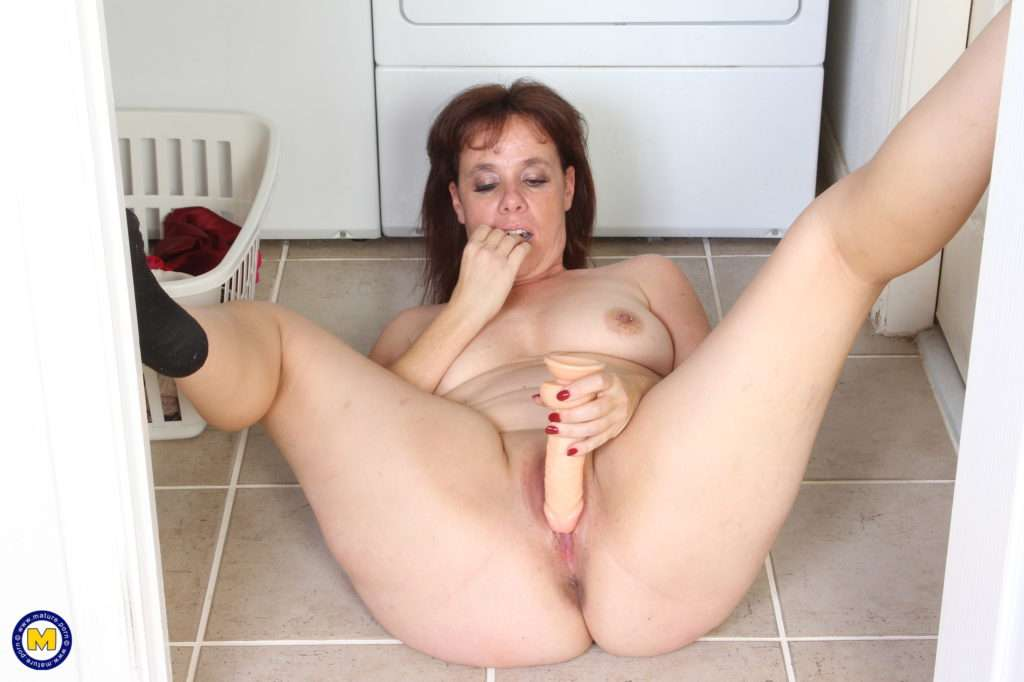 Naughty American Slut Playing Around In The Laundry Room At Mature.nl