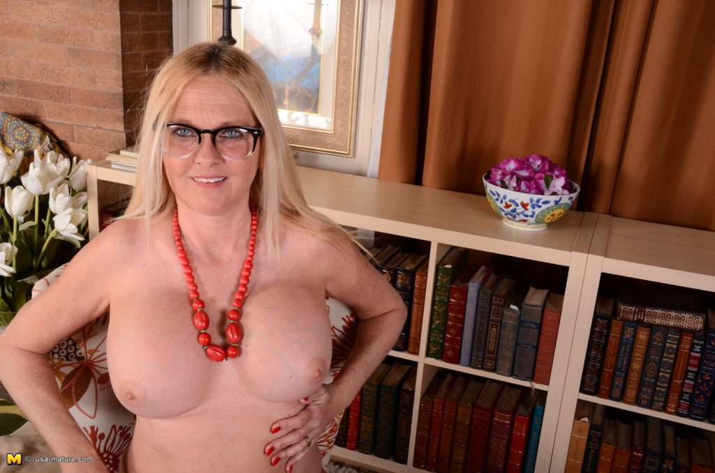 Naughty Blonde American Housewife Playing Alone At Mature.nl