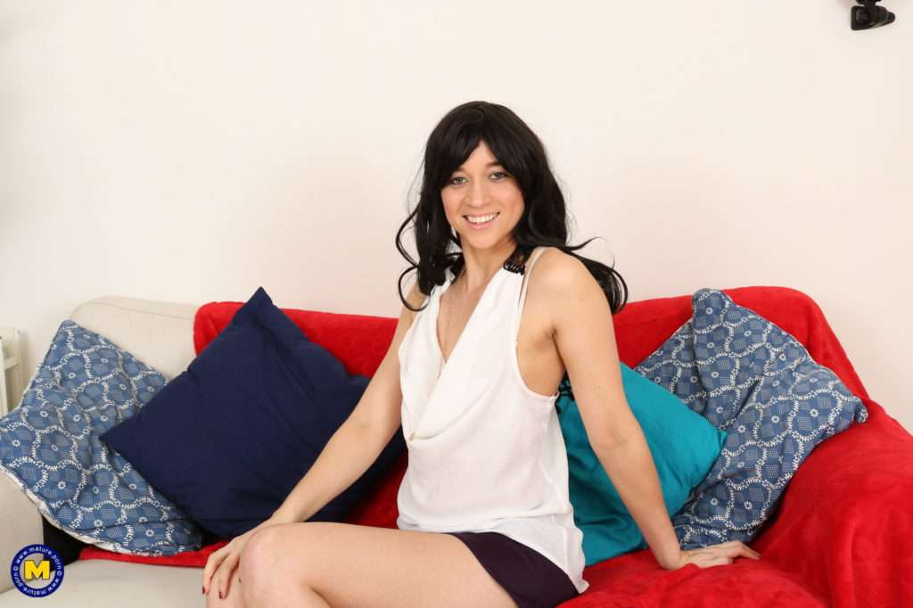 Skinny British Mom Is Ready To Have Some Serious Fun At Mature.nl