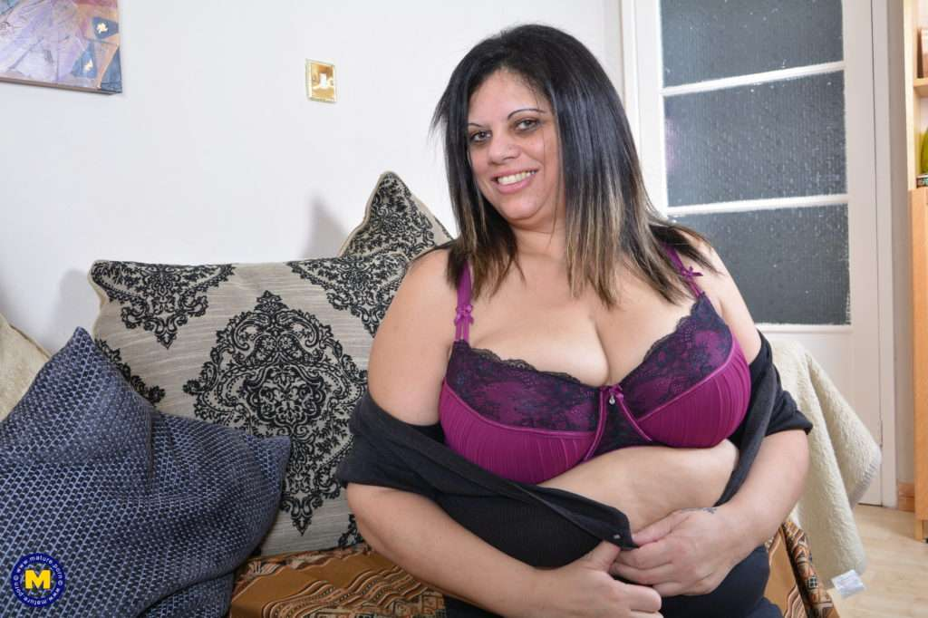 Naughty Chubby Mature Housewife Playing With Herself At Mature.nl
