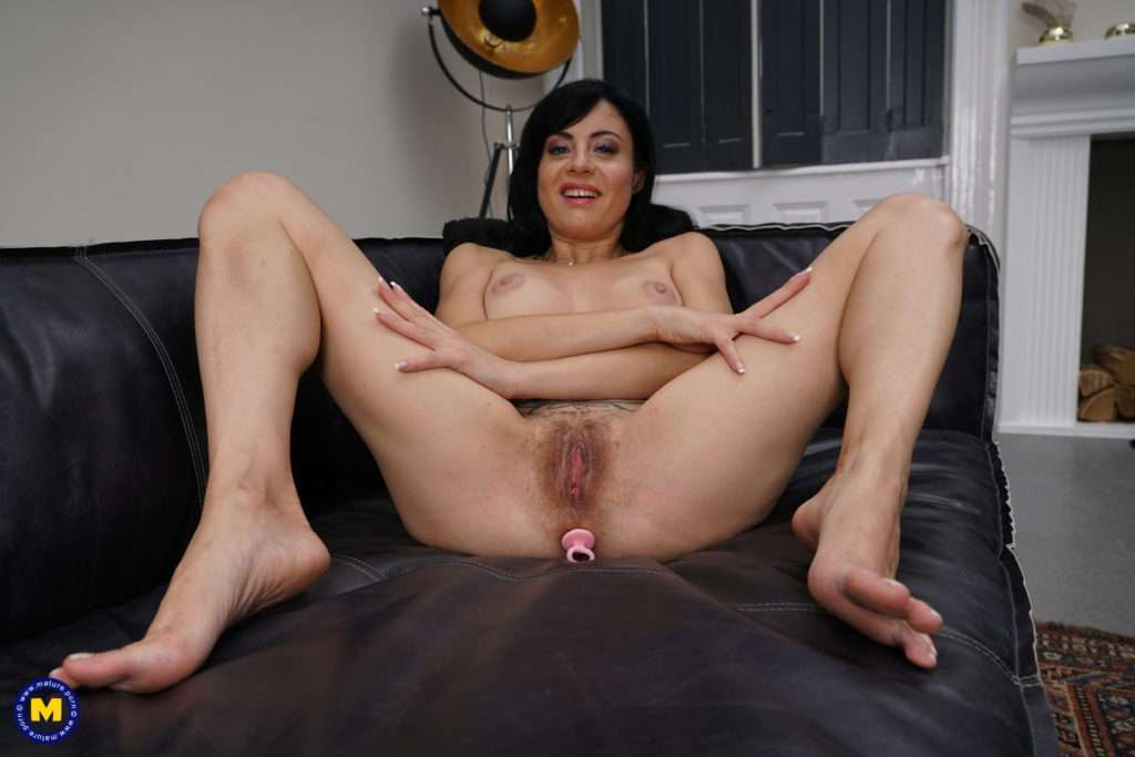 Hot Mom Playing With Her Pussy At Mature.nl