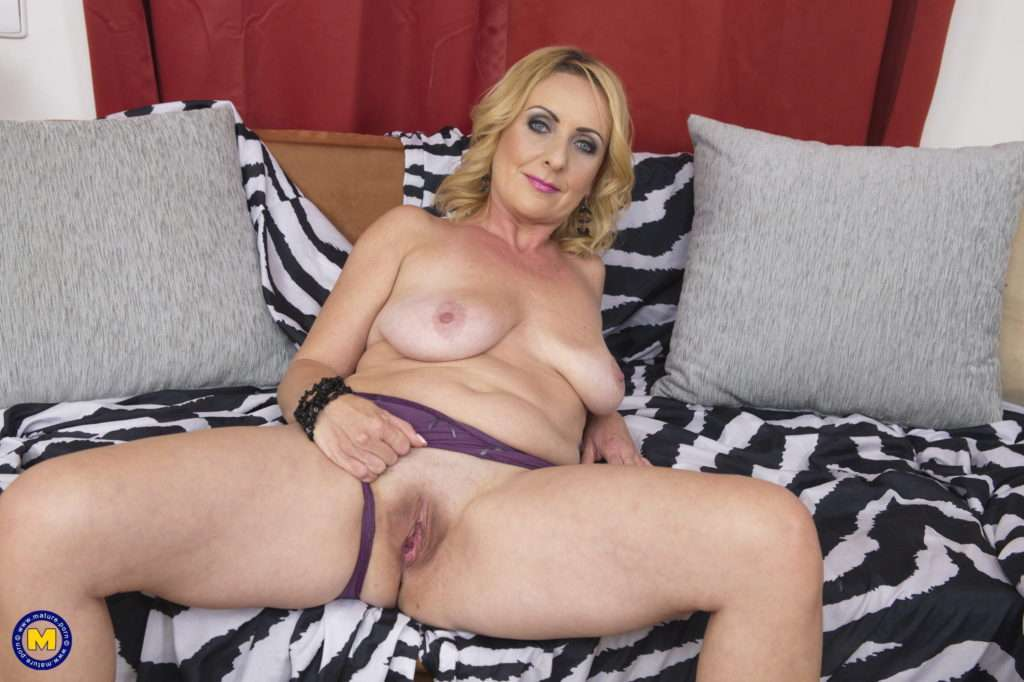 Shaved Housewife Playing With Her Pussy At Mature.nl