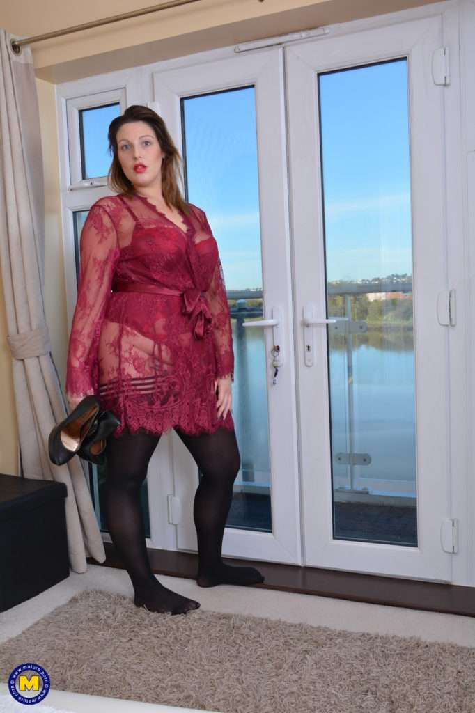 Curvy British Mom Playing With Her Wet Pussy At Mature.nl