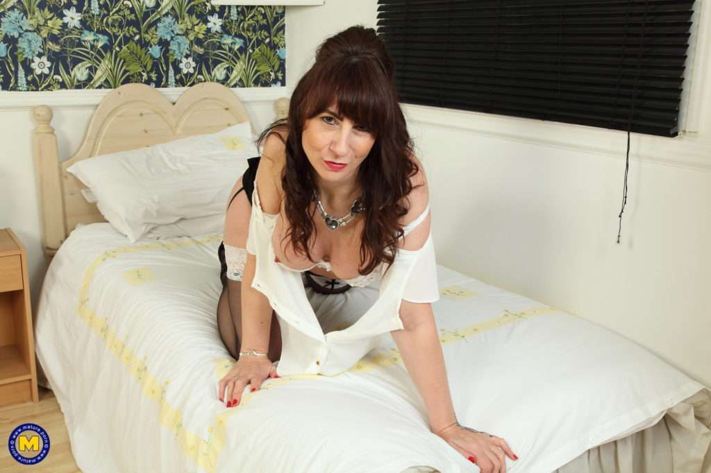 Naughty British Housewife Playing With Her Pussy At Mature.nl