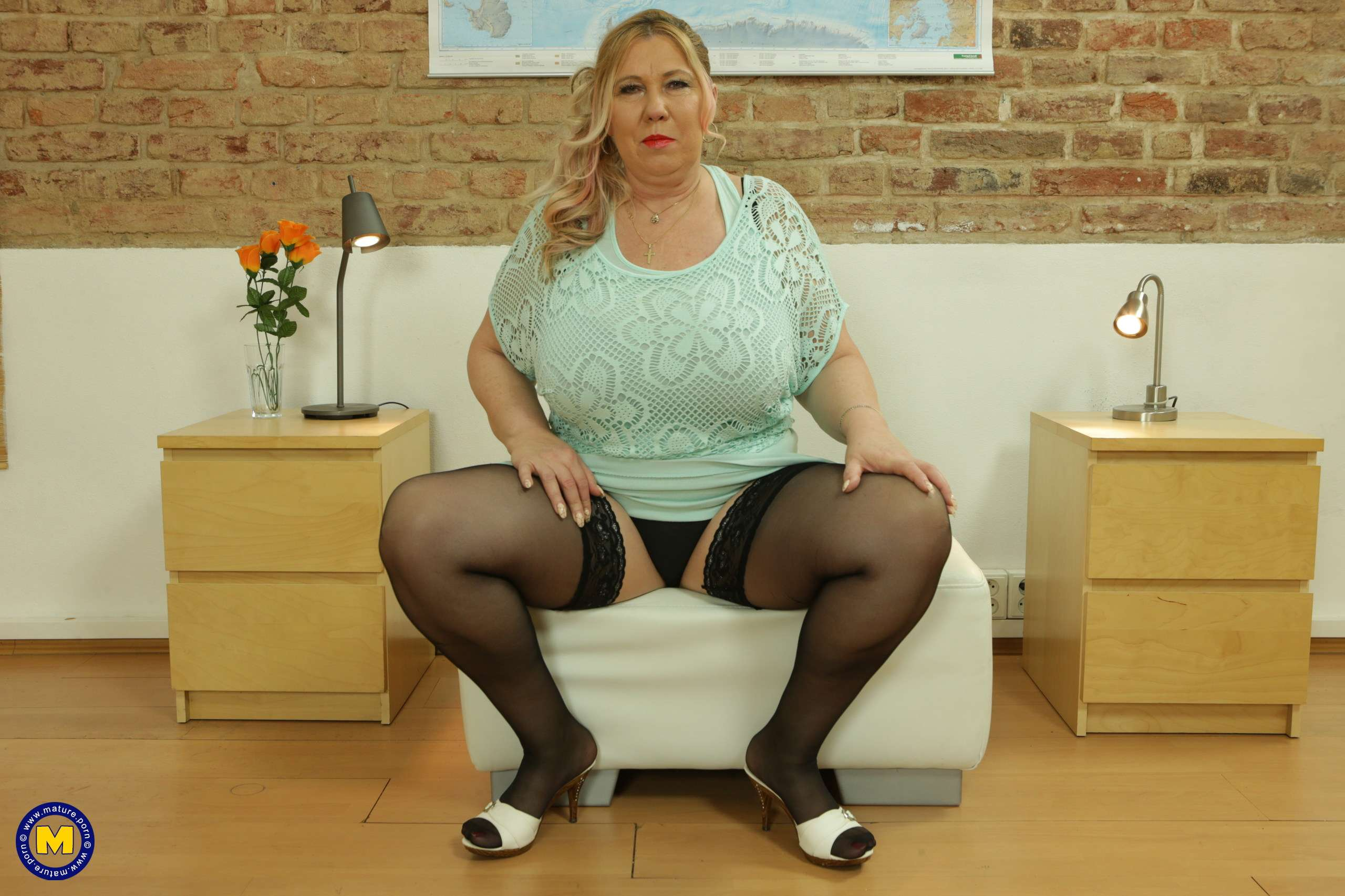 Curvy Big Breasted Housewife Playing With Her Pussy At Mature.nl