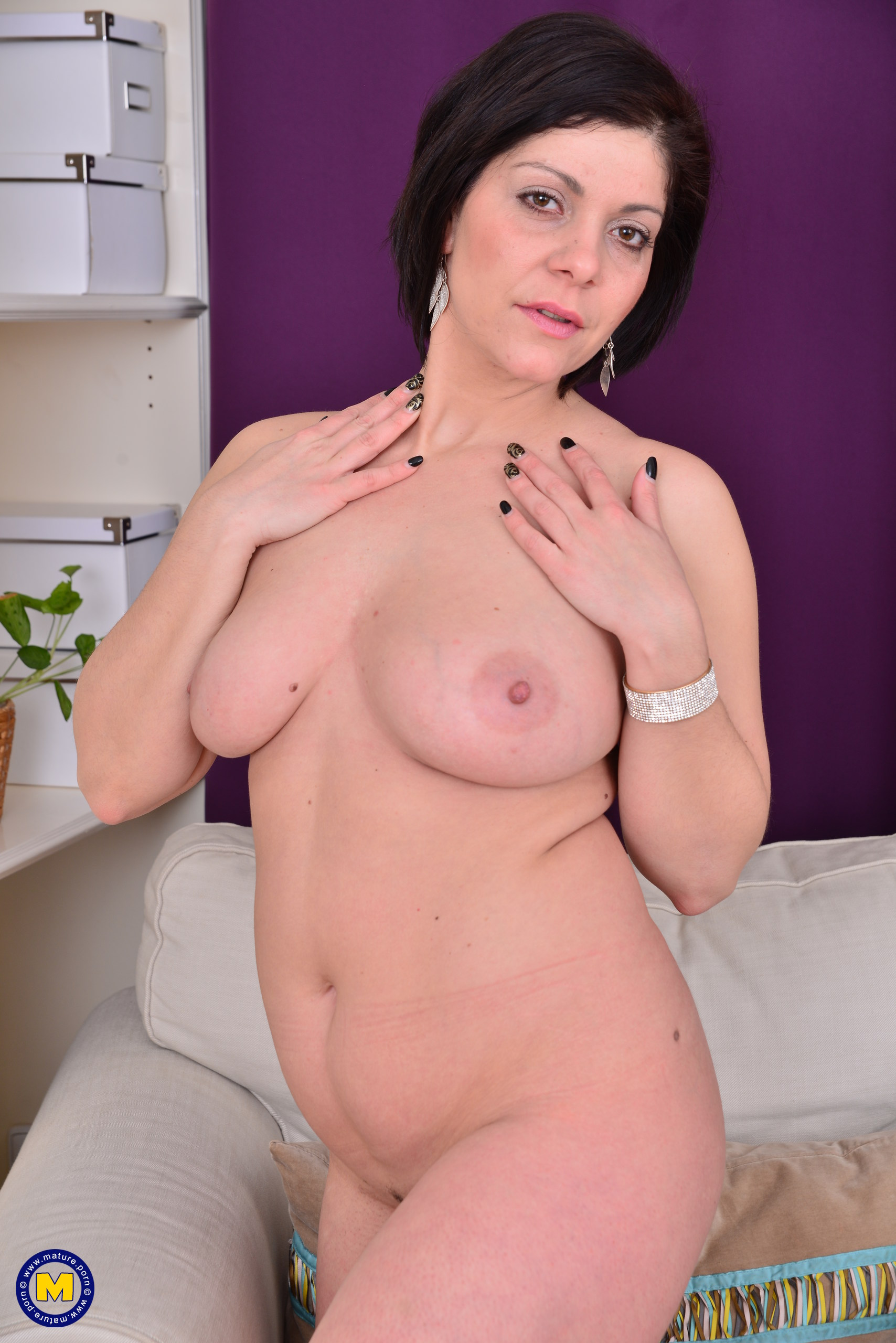 Cute Housewife Nicol Playing With Herself At Mature.nl