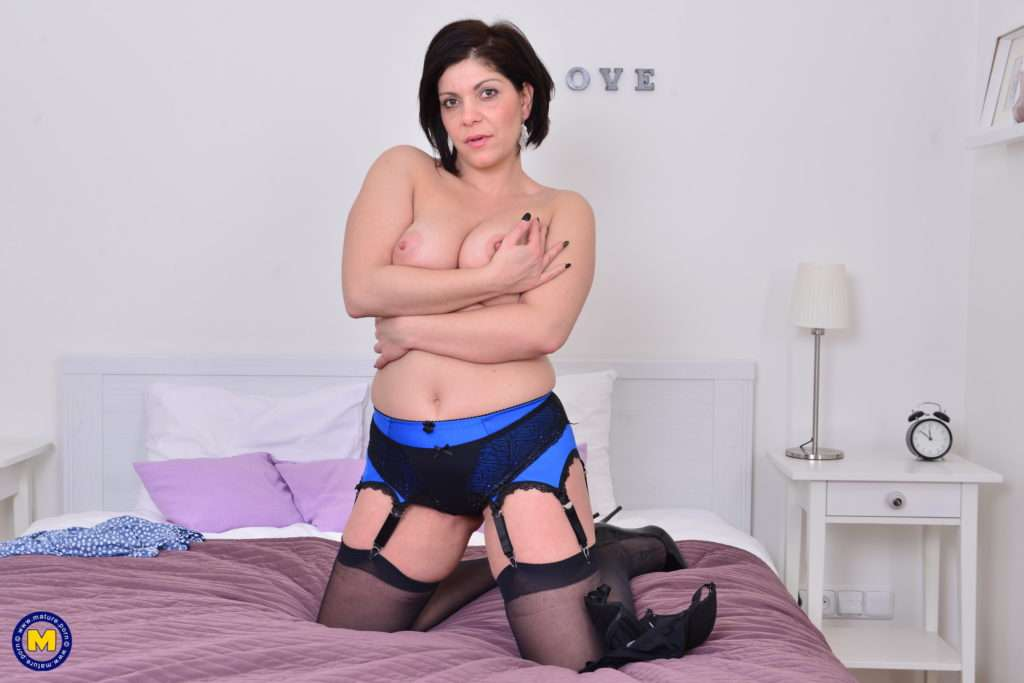 Cute Housewife Nicol Getting Ready For Bed At Mature.nl