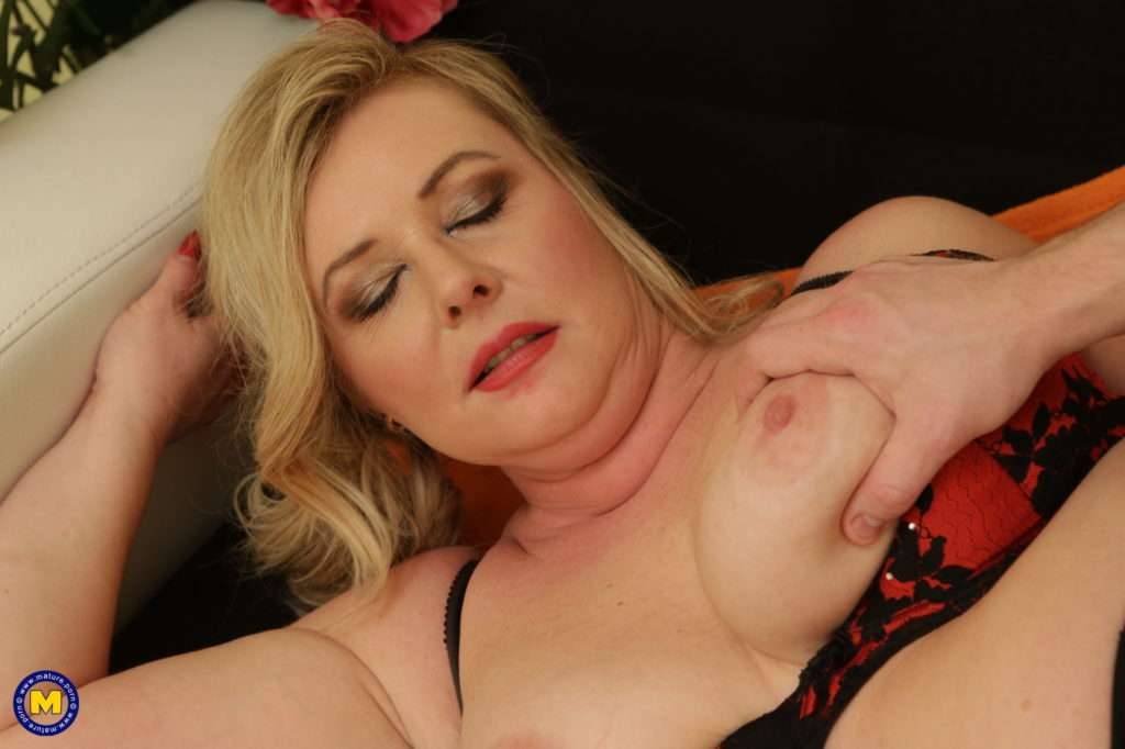 This Curvy Housewife Loves Fooling Around With Her Toyboy At Mature.nl