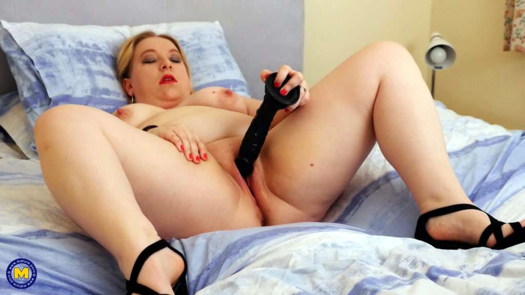 Curvy British Housewife Getting Wet In Bed At Mature.nl
