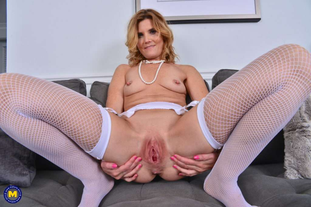 Naughty Housewife Alby Daor Playing With Her Pussy At Mature.nl