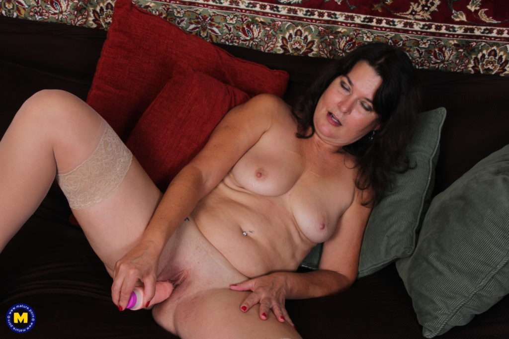 American Mature Carrie Playing With Her Pussy At Mature.nl