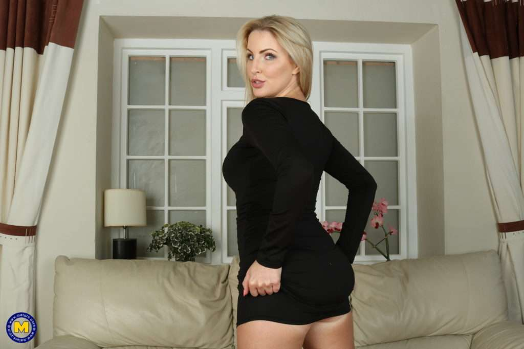 Steamy Hot Milf Playing With Her Rocking Body At Mature.nl