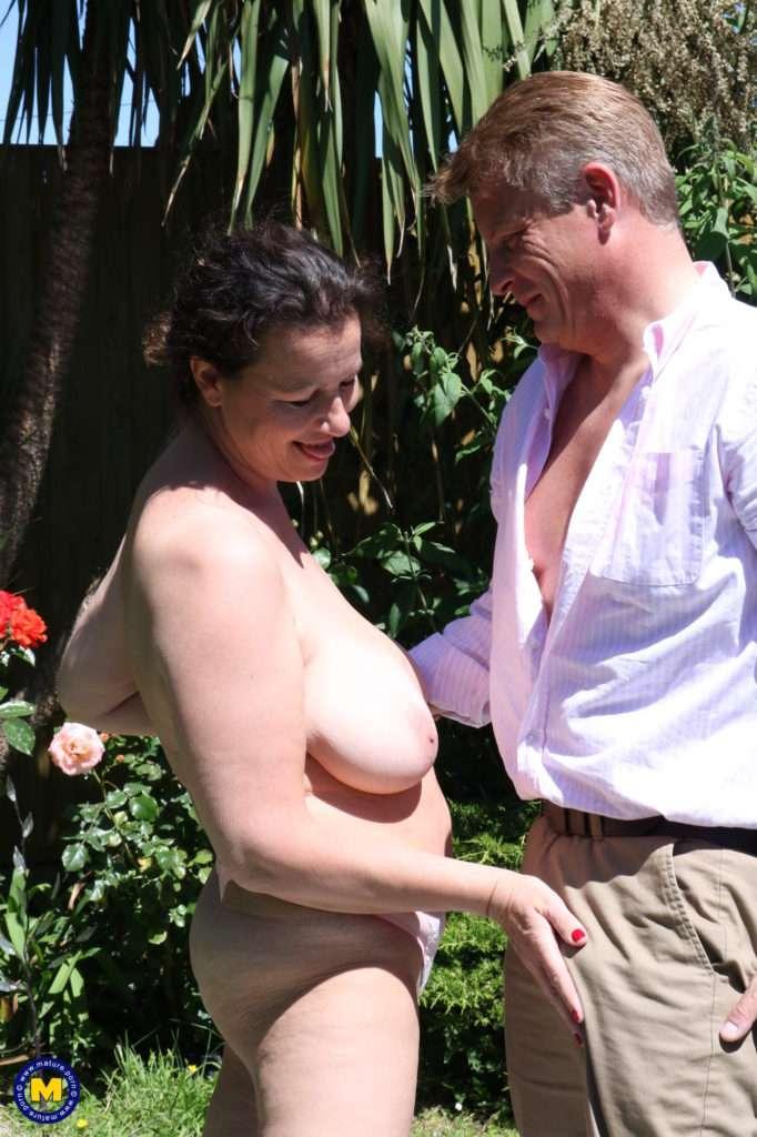 Big Breasted Eva Jayne Having Fun In The Garden At Mature.nl
