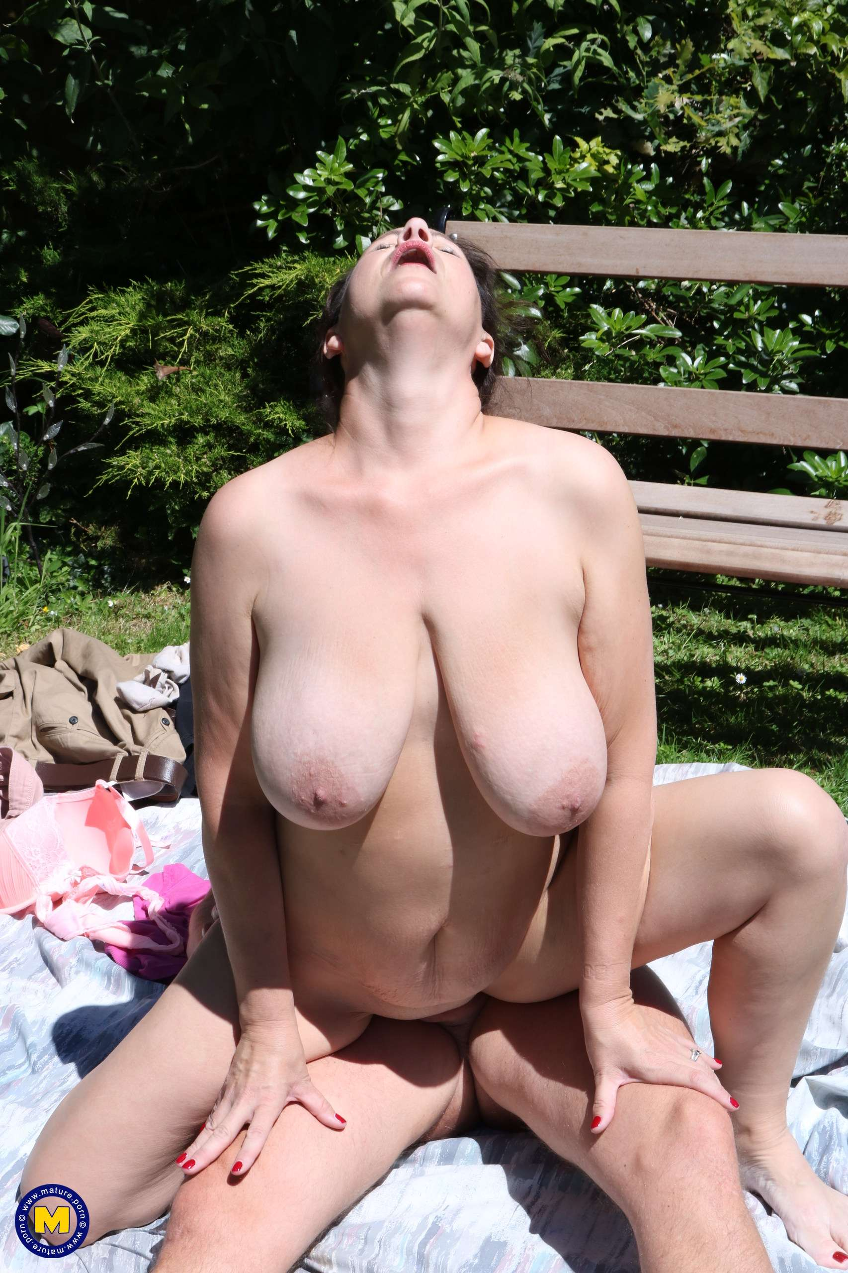 Big breasted Eva Jayne having fun in the garden