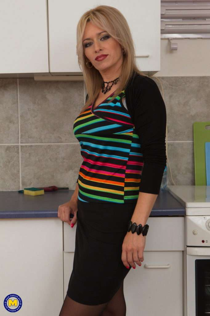Hot Mom Retta Playing With Her Pussy In The Kitchen At Mature.nl