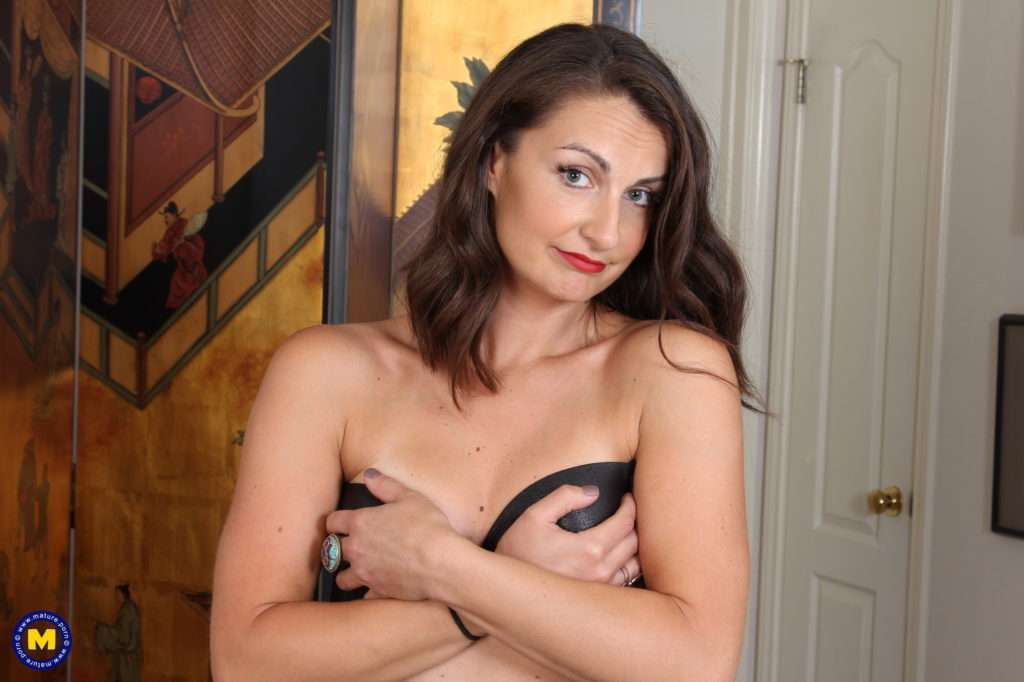 Hot American Lady Playing With Herself At Mature.nl