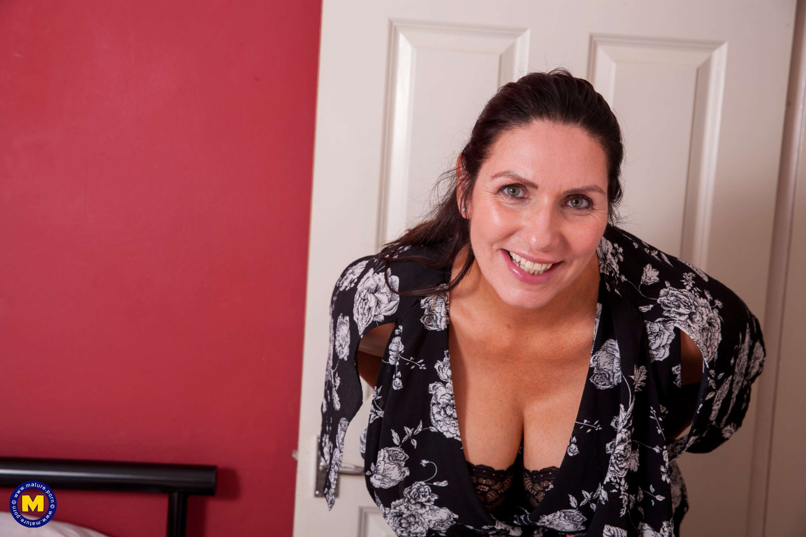 Hot big breasted Josephine is home alone at Mature.nl