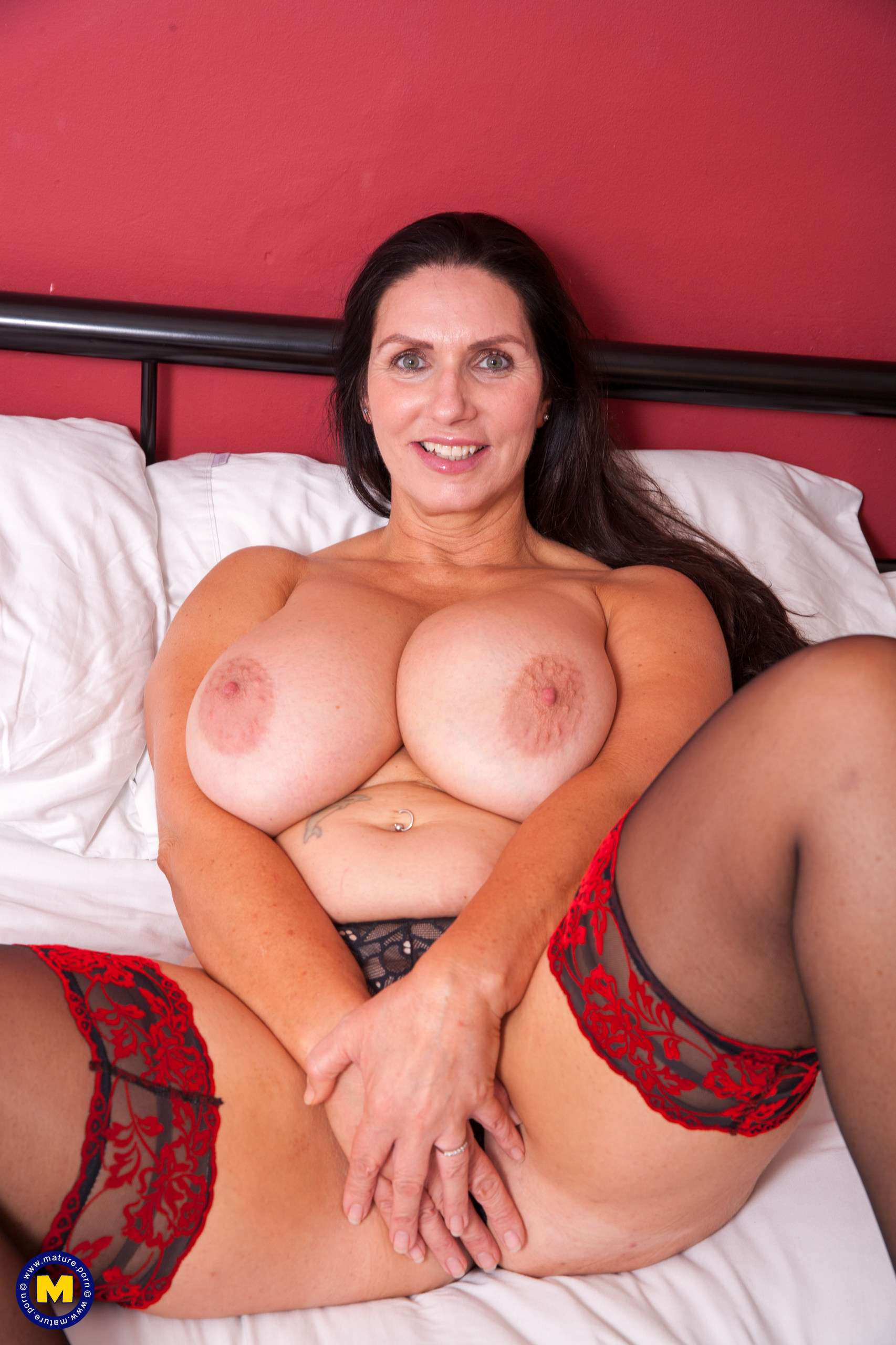 Hot big breasted Josephine is home alone and naughty as hell at Mature.nl