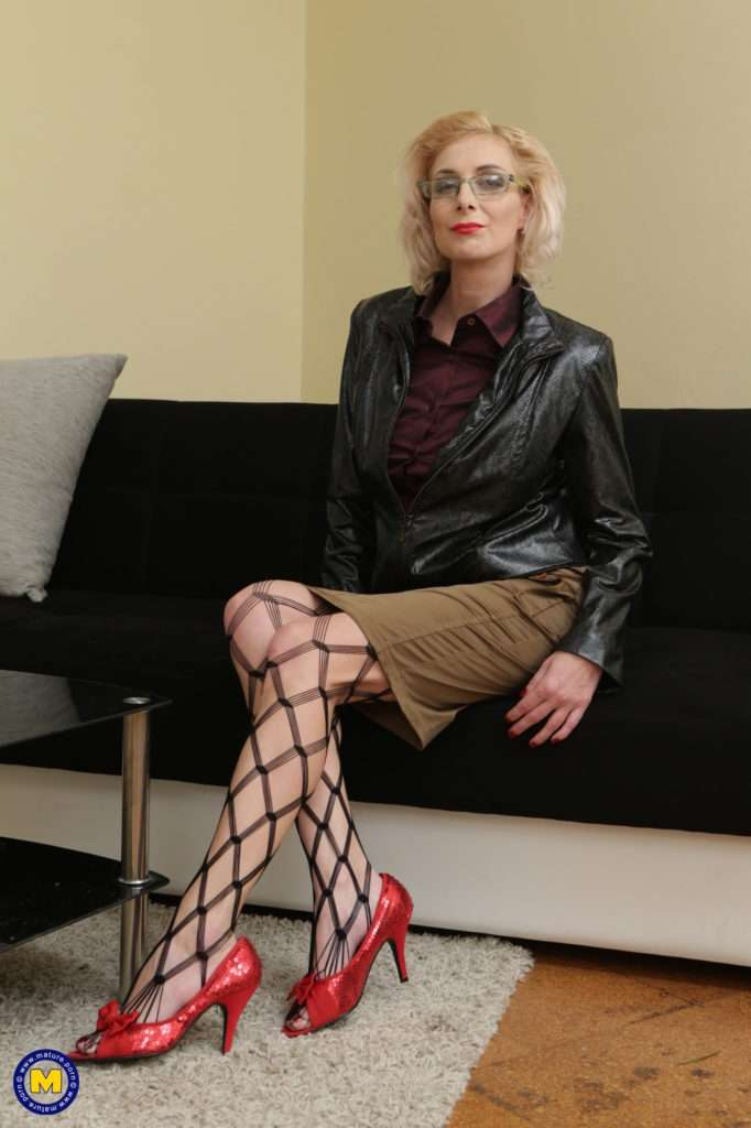 This Naughty Mature Lady Seduces Her To Boy At Mature.nl