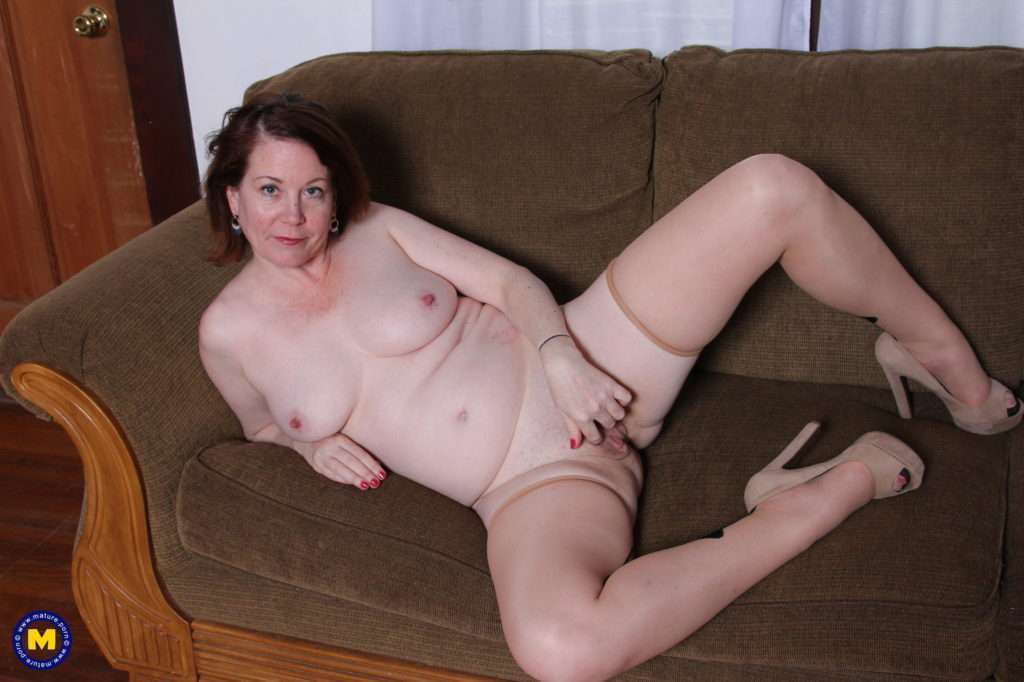 Cute Mature Lady Playing With Her Pink Pussy At Mature.nl