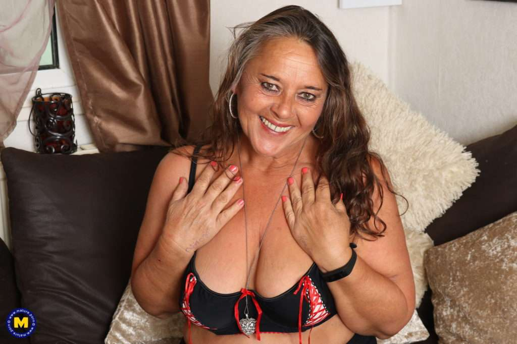 This Older Lady Loves To Play With Her Wet Pussy At Mature.nl