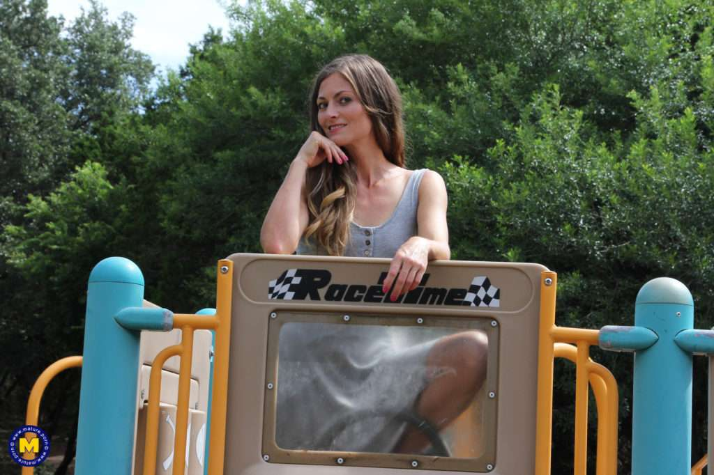 Hairy Mom Playing With Her Pussy At A Public Playground At Mature.nl