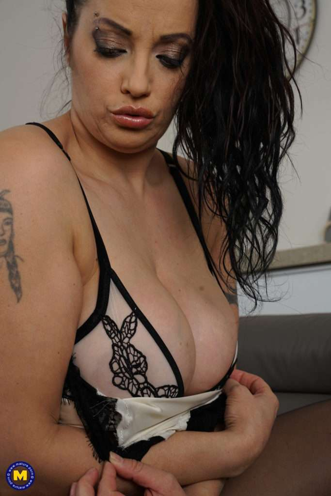 Big Breasted Mom Playing With Herself At Mature.nl